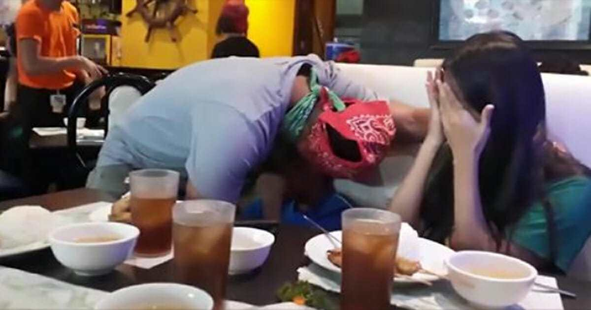 הם לא הצליחו לעצור את הדמעות ברגע שהבינו מי המלצר שלהם!