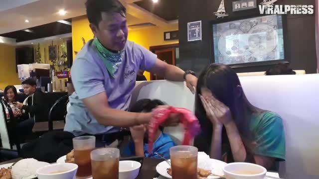 אם ו2 ילדיה הלכו לאכול ארוחת צהריים במסעדה – אך לא הצליחו לעצור את הדמעות ברגע שהבינו מי המלצר שלהם