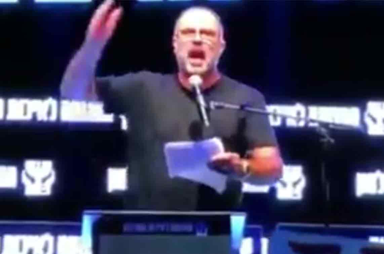 """רץ ברשת: הקומיקאי ודייר """"האח הגדול"""" רמי ורד מתפוצץ במהלך נאום"""